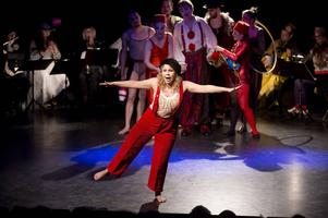 Emma (Evelina Stenvall) kan inte dansa på lina.