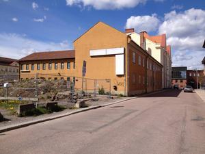 Den gula tillbyggnaden till vänster ska rivas och ge plats för nöjesanläggningen. Huset som ligger mot Myntgatan är däremot kulturskyddat, ett slaggstenshus från 1700-talet.