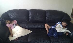 Efter att ha lekt och sprungit i många timmar då slocknade de framför TV.