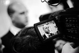 Statsminister Fredrik Reinfeldt och partiledarkollegorna inom alliansen presenterade i går ett krispaket för den svenska ekonomin. Ekonomin skall stimuleras bland annat med Rot-avdrag och antalet platser i yrkesutbildningen ökas.