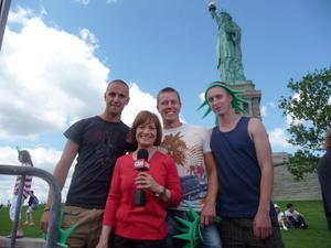 Kristoffer Nyegårdh, Joakim Perjans och Viktor Voxlin från Alfta blir intervjuade av CNN nedanför Frihetsgudinnan.