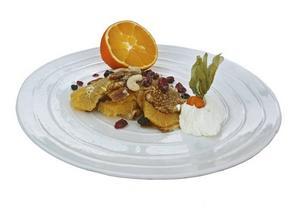 Vitaminrikt. Pannkakor med apelsin, nötter och frukt ger snabb energi. Bjuds med kall yoghurt och C-vitaminrika                                                 physalisbär.