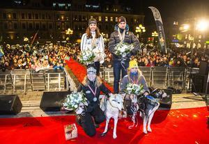 Charlotte Kalla, Johan Olsson, Marie Israelsson och Malin Granqvist med hundarna Jojjo och Elmer.