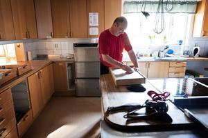 Städning hör till de obligatoriska sysslorna. Kan man inte vara med på städdagen så får man som Bengt Persson göra sitt jobb i efterhand.