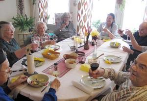 På Norra Somaten på Selggrensgården tycker pensionärerna om att ta ett glas ibland. Arvid Schulz, närmast till höger, skålar med ett glas rött som Kerstin Boman, i mitten på långsidan, bjudit på.