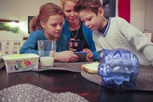 Julia Haglund och mamma Lina hjälper William att räkna ut hur länge han måste spara sin lördagstia för att kunna köpa ett nytt DS-spel.