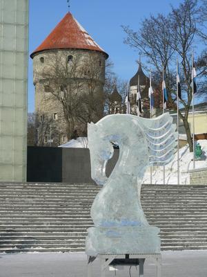 Tallinn ca 25 grader kallt, klarblå himmel och vackra isskulpturer på torget