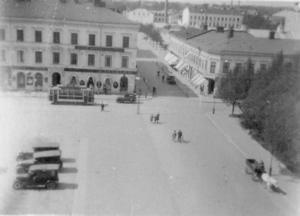 Lindbloms hörna från en annan vinkel. Fotografen stod på stadshusets tak när han tryckte på slutarknappen. Som synes var bebyggelsen i Stortorgets västra del helt annorlunda på den tiden.