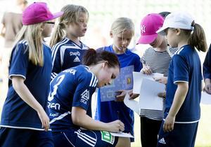 Linda Sjödin fick skriva autografer efter matchen.