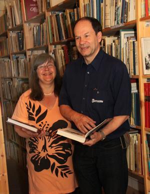 Älskar böcker. Både Gunilla Larsson och Östen Händel lägger ner hela sin själ i antikvariatet.
