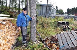 """Sven-Olof Lundberg köpte tomten närmast sitt hus för att slippa få ett industriområde utanför fönstret. Nu ligger kabeln på marken över den tomten. """"Snart klippar jag av kabeln, jag har fått nog"""", säger Lundberg."""