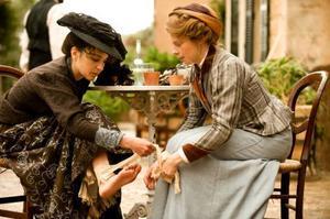Selma Lagerlöf (Helena Bergström) plåstrar om Sophie Elkan (Alexandra Rapaport) efter en vandringstur på Sicilien.