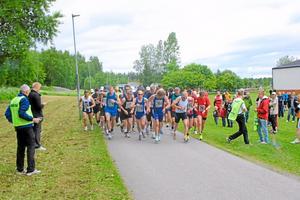 Starten går för maratonlöparna vid Lärkans sportfält
