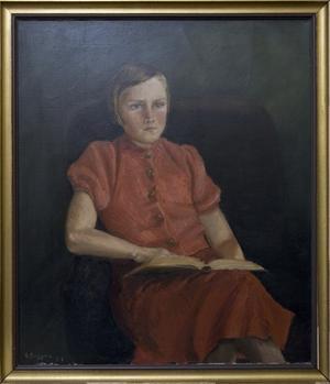 Dockskåpsmöblerna har Brita själv tillverkat. Tavlan med Brita vid tolv års ålder är målad av hennes mor.  De blå och röda kläderna sätter Brita på sig när det är tråkigt väder..