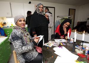 Även mormor Amon Muhammed (i mitten) som hämtar barnen ibland ville veta mer om förskolans verksamhet. Hahbuba Dahir (till vänster) och Sahra Barkakle är också gärna med på föräldramötena.