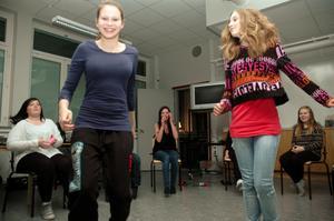 LEKAR. Tjejerna som deltog i tjejkvällen började med att leka lekar för att lära känna varandra. Här försöker Lina Haglund och Emili Nohrén hitta en stol att sätta sig på innan någon annan tar den.
