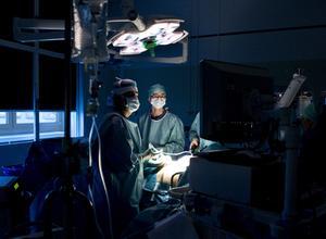 Hjälp från hela länet när kirurger på Lindesbergs lasarett fått tjänstledigt.