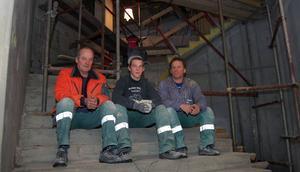 Stabil. –Det är ungefär sex kubikmeter betong i den nya trappen och ungefär lika mycket i väggen, berättar Peabs Jonny Lahr, Christian Havi och Toger Andersson.