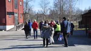 Hembygdsgården i Västanfors var ett av stoppen på vägen. Här hölls guidningar på svenska och engelska.