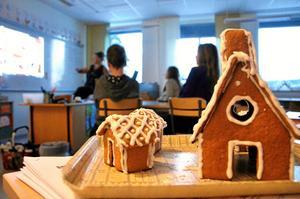 Bygge. Lärare Marie Lidman visade bilder på hur eleverna kunde välja att bygga och dekorera sina pepparkakshus.