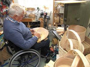 Det är många föremål som Åke Palmqvist slöjdat i sin snickarbod i Iste. På lördag är det öppet hus.
