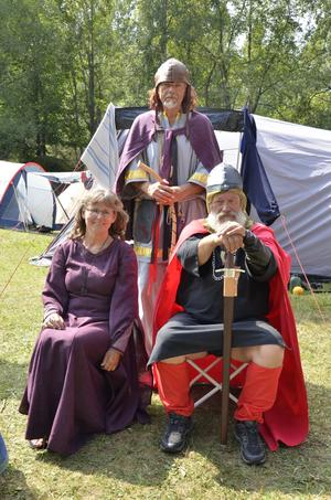 Kungligheterna. Rövarhövding Ramunder, hans dotter Skaga och rövarnas chef Ura Kaipa inspekterar lägren.