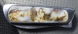 En fällkniv med ett ovanligare motiv i form av damer på skaftet.