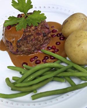 Bildtext 4: Biff à la Lindström med kokt potatis har visserligen sina smakmässiga rötter i det ryska köket, men räknas ändå till den genuina svenska husmanskosten.   Foto: Dan Strandqvist/TT