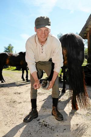 Rengöring. Hovarna måste göras rent varje dag och broddarna måste bytas. Vaidotas Digaitis sköter om sina Litauiska ponnyhästar.