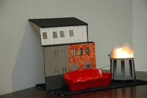 JÄTTESOFFA. En soffa utanför entrén med plats för tio personer och uppvärmd med värmeslinga. Det är Ylva Sahlström förslag till utsmyckning av huset.