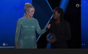 Kvarnsvedens Tabitha Chawinga fick motta priset som årets forward under Fotbollsgalan. Foto: Tv4.