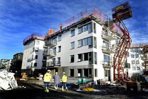 Det är beklagligt att man inte har kunnat enas och nå en bred politisk uppgörelse. Utmaningarna på den svenska bostadsmarknaden är de största i modern tid, betonar insändarskribenten. Här en byggarbetsplats i Fruängen där 1000 lägenheter byggs.