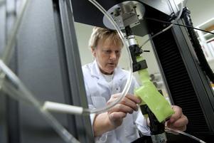 Marie Louise Helgee på laboratoriet Swerea IVF i full färd med att testa vinteroverallerna.