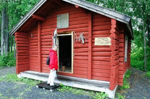Sakka Nejne är missnöjd med att stugan efter restaureringen, då fyra nya stockar sattes dit längst ner, målades röd, trots att den var grå i original. Vid sidan av dörren sitter bland annat ett träkonstverk som Lars Theodor gjort.