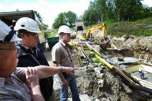 Betongjobb. Olle Falck som är AEB:s projektledare för kraftverksbygget visar att nu är grunden för kraftverkstuben på gång vid Ludvika kraftverk som är AEB:s största jobb för närvarande.