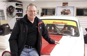 """Hemma. Bo Eriksson i garaget, där han tillbringar mycket tid. """"Det viktigaste när vi flyttade hit var att bygga ut garaget"""", säger Bosse och visar stolt upp sin Ford Cortina GT -65."""
