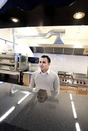 NYTT. Azem Ahmed hoppas kunna fånga upp hungriga shoppare i Hemlingby Köpcentrum med sin nya pizzeria .