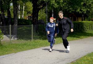 Spurtduell. Björn Sörman utmanade Oscar Jansson i spurten. Björn hade dock fuskat och inte sprungit hela sträckan den här dagen.