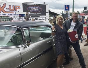 Lena Eldh körde bilen vid finalen i Rättvik. Här får hon ta emot priser av Kjell Åke Krantz.