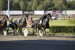 Månprinsen A.M. vid en tidigare seger på Östersundstravet. På onsdag kan det bli tredje segern i Sven O Perssons minneslopp.
