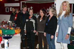På fredagen pågick förberedelserna inför lördagens loppis och hantverksutställning i Viksjöfors danspaviljong.
