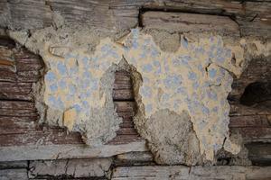 I ladan fanns en sex kvadratmeter stor drängstuga, och i en av lägenheterna finns en liten del av tapeten bevarad.