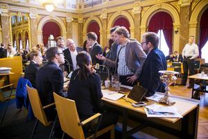 Under det numera historiska kommunfullmäktigemötet i november där rasistiska Sverigedemokraterna fällde de rödgröna genom att rösta på alliansens budget fick mötet ajourneras flera gånger efter att SD förkunnat sin ståndpunkt. Här pågår en diskussion med presidiet om hur själva omröstningen ska gå till.