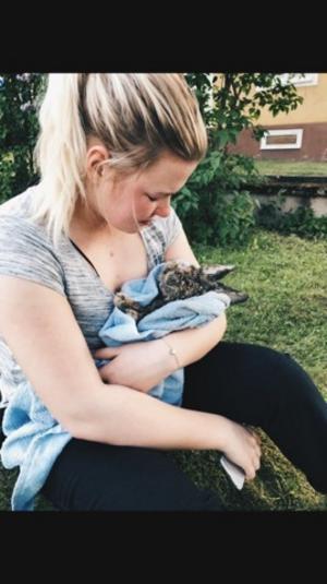 Julia Tenlén håller i sin älskade kanin Kola en sista gång innan han begravdes på fredagen strax efter att ha hittats dränkt med bruten nacke.