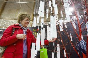 Berit Lundén hängde upp en lapp med en text om vad som gör henne glad i Hudiksvall.