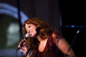 Jennifer Browns vokala värme och utstrålning nådde långt över scenkanten i tisdags då hon uppträdde på Jazzklubben i Hudiksvall.