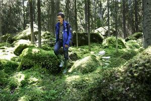 I mammas skog. Alf Ericson vid länsstyrelsen växte upp på Tågård intill Tååsens naturreservat och har gått i skogen många gånger. Skogen är tät och fuktig och det gör att det är som en matta av mossa på marken.foto: Kenneth hudd