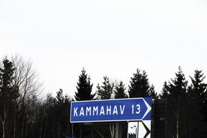 I Edsbyn tronar vägvisaren Kammahav i ensamt majestät i korsningen, när det gäller vägvisningen söderut.