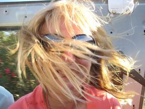 Ett kort på min dotter Ebba under en blåsig jeeptur på Kanarieöarna