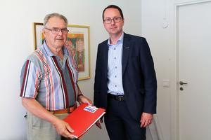 Roger Torvidsson för Ovanåkers PRO-förening träffade Swedbanks kontorschef för Bollnäs och Ovanåker Thomas Larsson. Över tusen personer i Ovanåkers kommun har skrivit på namnlistorna för en fortsatt kontanthantering i samhället.